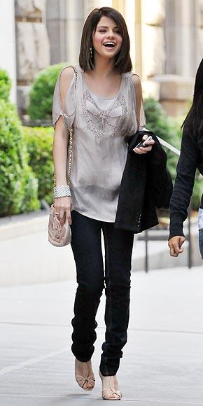 selena gomez fashion 2009. Demi Lovato, Selena Gomez (l